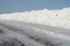 Zimy droga pod niebieskim niebem Obraz Royalty Free