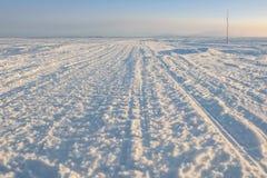 Zimy droga przez jezioro w rosjaninie Lapland, Kola półwysep Zdjęcia Stock