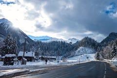 Zimy droga z lasem wokoło w Austria Zdjęcia Stock