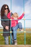 Zimy dziecko wspina się linową drabinę Obrazy Royalty Free
