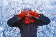 Zimy dziewczyna w czerwonych rękawiczkach i szalika podmuchowym śniegu Piękno Radosna Nastoletnia Wzorcowa dziewczyna ma zabawę w Fotografia Stock
