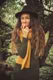 Zimy dziewczyna z jabłkiem zdjęcie stock