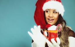 Zimy dziewczyny Santa pomagiera kapelusz trzyma czerwonego kubek Zdjęcie Stock