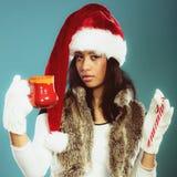 Zimy dziewczyny Santa pomagiera kapelusz trzyma czerwonego kubek Obrazy Stock