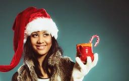 Zimy dziewczyny Santa pomagiera kapelusz trzyma czerwonego kubek Obraz Stock