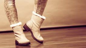Zimy futerka buty na żeńskich ciekach Obraz Stock