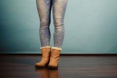 Zimy futerka buty na żeńskich ciekach Obrazy Royalty Free