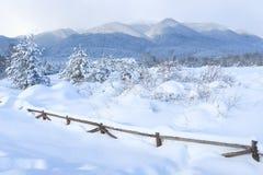 Zimy góry śnieżny wiejski krajobraz, copyspace Obraz Stock