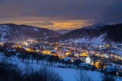Zimy góry krajobraz przy błękitną godziną zdjęcia royalty free