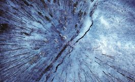 Zimy halna droga w błękicie Zdjęcia Royalty Free