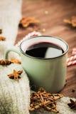 Zimy i nowego roku temat Bożenarodzeniowa gorąca parująca filiżanka glint wino z pikantność, anyż, ciastka w kształcie gwiazda, c zdjęcie royalty free