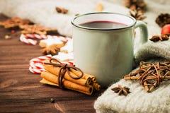Zimy i nowego roku temat Bożenarodzeniowa gorąca parująca filiżanka glint wino z pikantność, cynamon, anyż, ciastka w kształcie g obraz stock