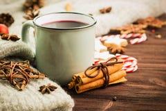 Zimy i nowego roku temat Bożenarodzeniowa gorąca parująca filiżanka glint wino z pikantność, cynamon, anyż, ciastka w kształcie g obrazy stock