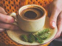 Zimy kawa filiżanki kobiety ręki Fotografia Royalty Free