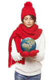 Zimy kobieta z kulą ziemską Zdjęcia Royalty Free