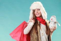 Zimy kobieta z mały bałwanu i toreb robić zakupy Obraz Royalty Free