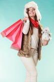 Zimy kobieta z mały bałwanu i toreb robić zakupy Fotografia Royalty Free