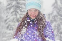 Zimy kobiety portreta śnieżny spadek obrazy stock