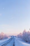 Zimy krainy cudów Lapland sceny zmierzchu droga Zdjęcie Royalty Free