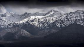 Zimy krajobrazowa śnieżna góra z niebieskim niebem od Leh Ladakh India Fotografia Royalty Free