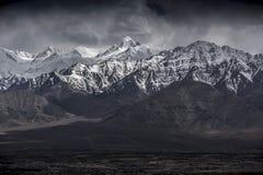 Zimy krajobrazowa śnieżna góra z niebieskim niebem od Leh Ladakh India Obraz Royalty Free