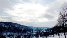Zimy landcape sceneria z wzgórzami i niebem Zdjęcia Royalty Free