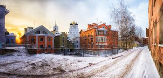 Zimy landcape z pięknymi domami i słońcem Pskov Rosja PS obraz royalty free