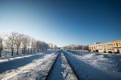 Zimy linia kolejowa, miasto krajobraz Obrazy Royalty Free