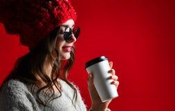 Zimy, ludzi, szczęścia, napoju i fasta food pojęcie, - kobieta w kapeluszu z takeaway filiżanką lub herbatą obraz stock