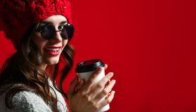 Zimy, ludzi, szczęścia, napoju i fasta food pojęcie, - kobieta w kapeluszu z takeaway filiżanką lub herbatą zdjęcie stock