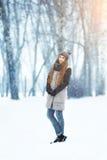 Zimy młodej kobiety portret Piękno Radosna Wzorcowa dziewczyna śmia się zabawę i ma w zima parku piękne kobiety young Zdjęcie Stock