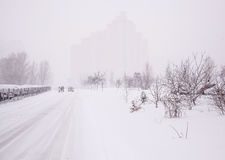 Zimy miasta krajobraz z mgłą Zdjęcie Royalty Free
