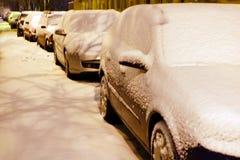 Zimy miasto, dryfy na drogach, samochody w śniegów dryfach i śniegu obraz stock