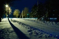 Zimy noc na obrzeżach miasto. Zdjęcia Royalty Free