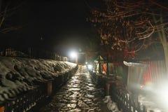 Zimy nocy wiejska scena w wiosce zdjęcia royalty free