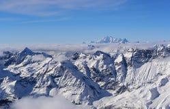 Zimy panorama wysocy Alps przeciw tłu m zdjęcie stock