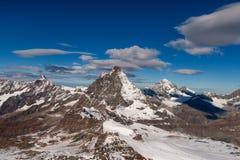 Zimy panorama zakrywająca z chmurami góra Matterhorn, kanton Valais fotografia royalty free