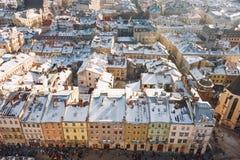 Zimy panoramy widok od urzędu miasta na śródmieściu w Lviv, Ukraina stare budynki Dachy zakrywający z śniegiem Zdjęcia Stock