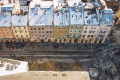 Zimy panoramy widok od urzędu miasta na śródmieściu w Lviv, Ukraina stare budynki Dachy zakrywający z śniegiem Zdjęcie Royalty Free