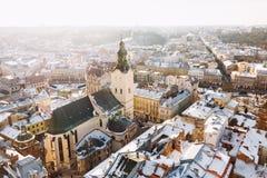 Zimy panoramy widok od urzędu miasta na śródmieściu w Lviv, Ukraina stare budynki Dachy zakrywający z śniegiem Obrazy Stock