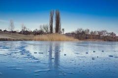 Zimy paysage krajobraz zamarznięta snowee wioska na lukrowej rzece Zdjęcia Royalty Free