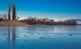Zimy paysage krajobraz zamarznięta snowee wioska na lukrowym jeziorze Obrazy Stock