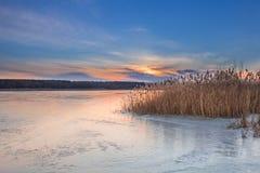 Zimy paysage krajobraz zmierzchu wieczór zamrażał jezioro Obrazy Stock