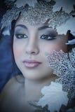 Zimy piękna dziewczyna z piękno liśćmi & makijażem Zdjęcia Royalty Free