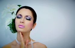 Zimy piękna kobieta z piękno kwiatem & makijażem Obrazy Royalty Free