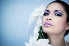 Zimy piękna kobieta z piękno kwiatem & makijażem Obraz Stock