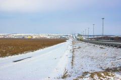 Zimy pole, g?ry i droga, zdjęcie royalty free