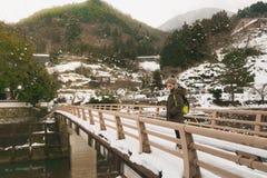 Zimy przekładnia jest bardzo konieczna w zimie Szczególnie turyści które przychodzą tsuwano i moczą ter który jest nieprzyzwyczaj obrazy stock