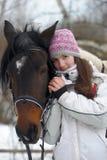Zimy przespacerowanie z koniem zdjęcia stock