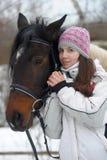 Zimy przespacerowanie z koniem fotografia stock
